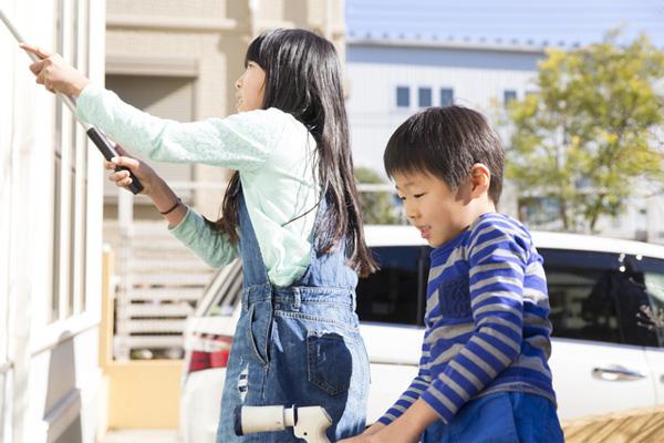 外壁の汚れを掃除する子供達