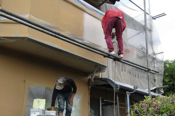 梅雨時期作業している塗装業者